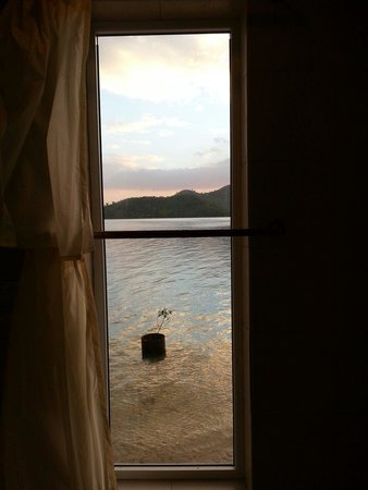 El Rio y Mar Resort : u open the curtain of the bathroom u may also enjoy the peaceful bay in the sunset