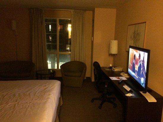 Novotel Toronto Centre : TV & Sitting Area