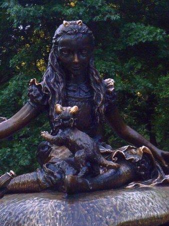 Alice in Wonderland Statue: Alice