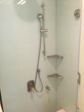 Novotel Citygate Hong Kong : Фото номера - душ-параллелепипед