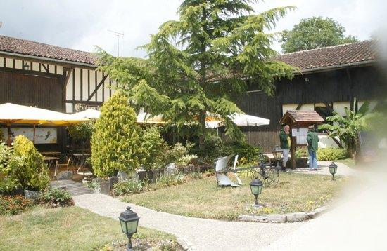 La Grange Aux Abeilles : terrasse du resto