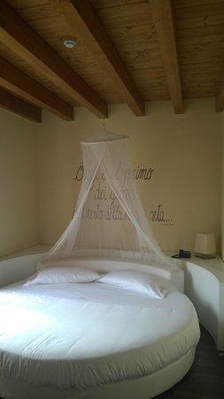 Harmony Suite Hotel : letto tondo