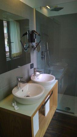 Harmony Suite Hotel: bagno