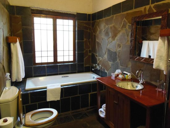 Misty Hills Country Hotel: bathroom