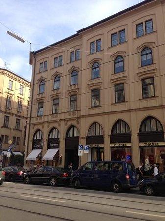 Hotel Vier Jahreszeiten Kempinski Munchen: fashion stores opposite the hotel