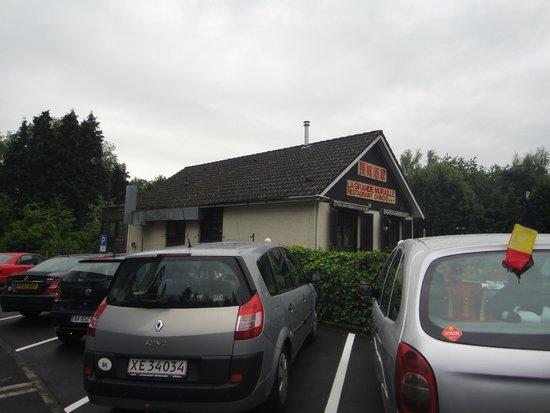 Campanile Luxembourg Airport : Parking de l'hôtel avec restaurant chinois en face