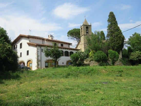 La Rectoria de Sant Miquel de Pineda: Hotel and adjacent church