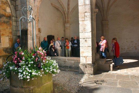 Office de Tourisme Semur en Auxois : visite guidée de la cité médiévale en été avec notre guide en costume