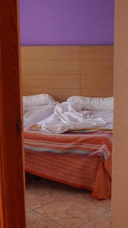 Checkin Bungalows Atlantida: две раздельные ковати в спальне и шкаф