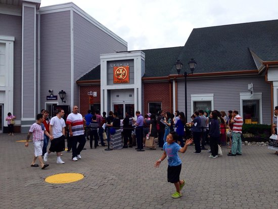 fd87eb00bb01 Long line at Tory Burch - Bild från Woodbury Common Premium Outlets ...