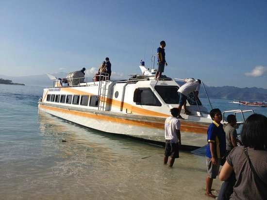 Marina Srikandi Fast Boat: here grab my hand! - I will hoist you aboard!!!