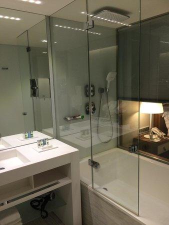 EPIC SANA Lisboa Hotel: Underbar och skön dusch/bad!!