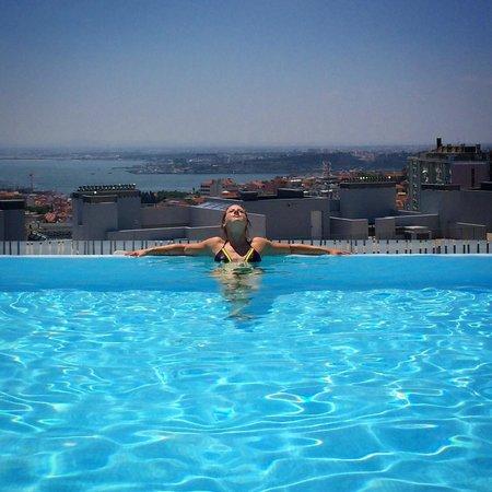 EPIC SANA Lisboa Hotel: Poolen på taket
