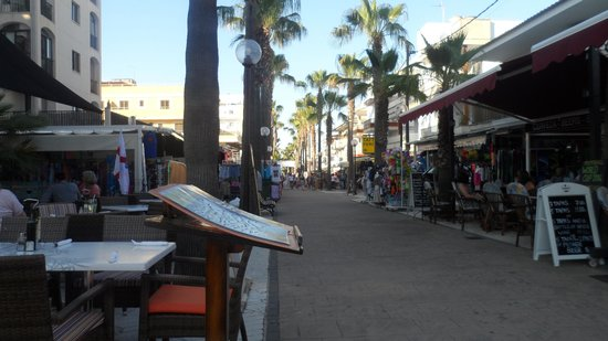 Africamar Aparthotel: The strip to the side of Africamar leading to the beach