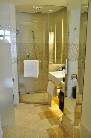 Swissotel Grand Shanghai: clean bathroom equipped with tub