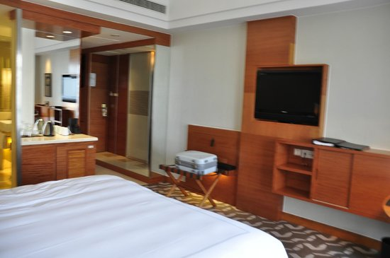 Swissotel Grand Shanghai: room view 3 - cable tv: some channels was not clear