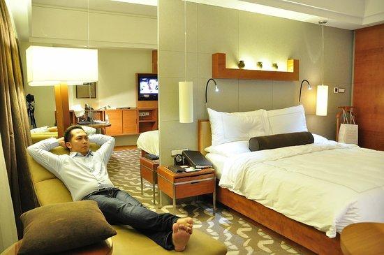 Swissotel Grand Shanghai: room view (night)