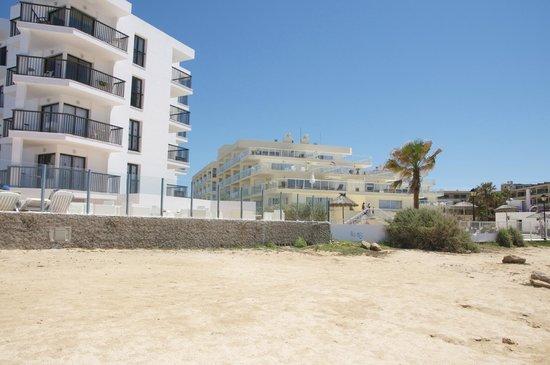 Nereida Aparthotel: OUTSIDE HOTEL ON BAECH ?