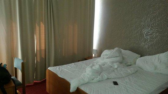 Hotel Charles Central: 2 makuuhuoneen toinen huone, jossa parisänky. Toisessa 4 erillistä vuodetta.