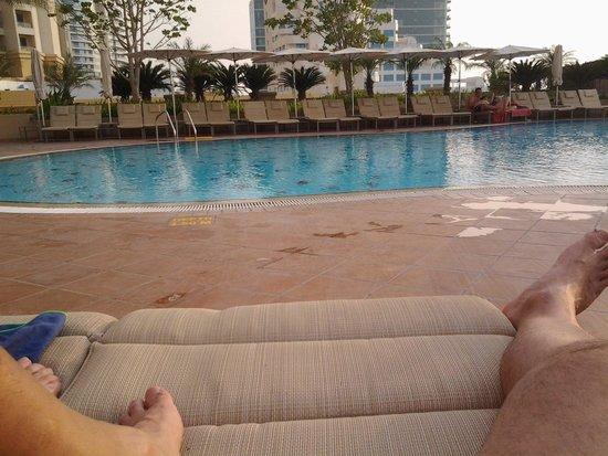 Amwaj Rotana : piscina