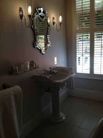 La Haule Manor: Bathroom