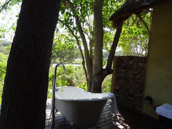 Pondoro Game Lodge: The bath on the terrace