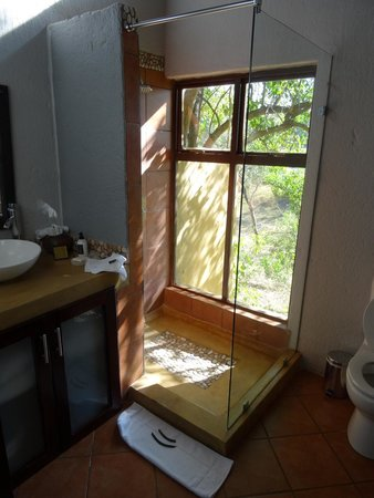 Pondoro Game Lodge: The bathroom with such a nice view