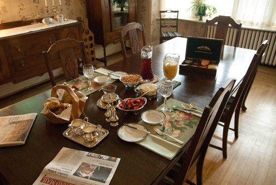Belgravia Bed & Breakfast: Table setting