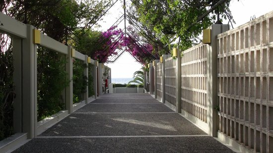 Sheraton Rhodes Resort : Path from pool towards the beach