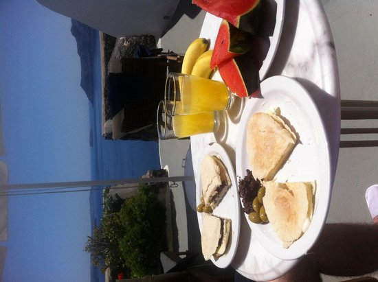Nostos Apartments: Homemade lunch on our terrace