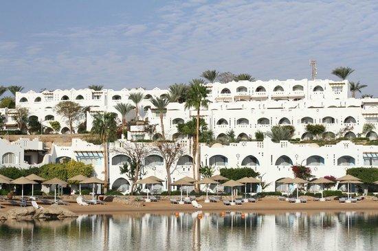 Domina Coral Bay Oasis: Вид с моря на отель
