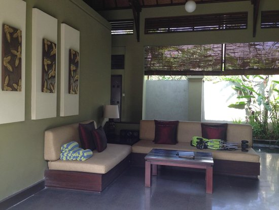 Pradha Villas: sitting area next to the kitchen and dining area