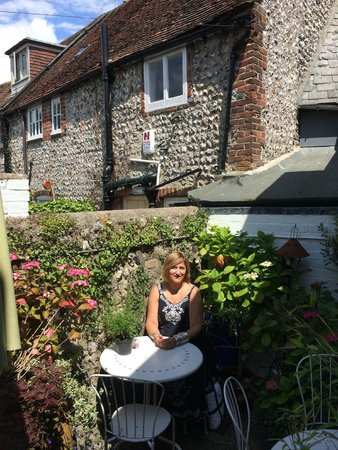 The Singing Kettle Tearoom: The lovely courtyard again!