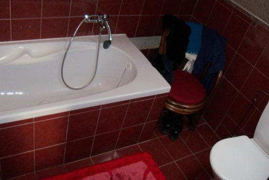 Bed and Breakfeast Villa Madona: Bathroom with tub