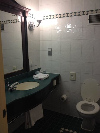 Daresbury Park Hotel: Bathroom in room 230