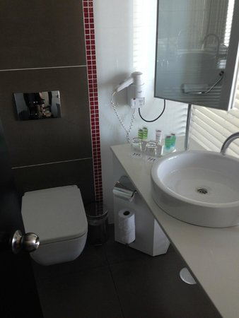 BY 14 TLV Hotel : Toilet