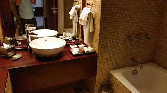 The Raviz Resort and Spa, Ashtamudi: Bath Area