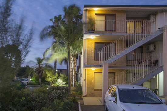 Burswood Lodge Motel Apartments : view of front apartment block
