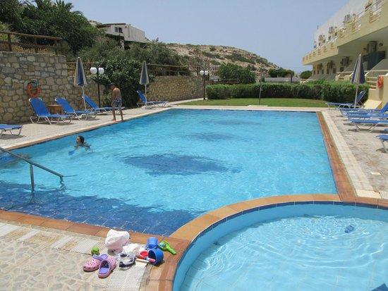 Hotel Zafiria : Zwembad met poolbar