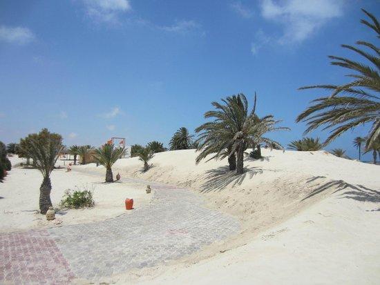 Djerba Golf Resort & Spa : Zum Strand über die Düne