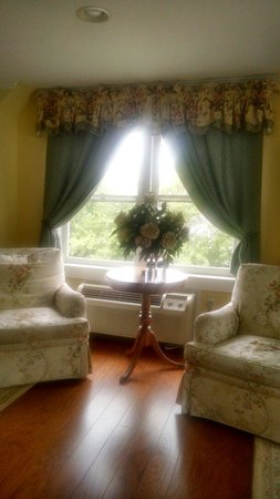 Ship Watch Inn: Sitting area of Annapolis Suite