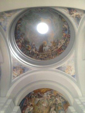 Pueblo Espanol: Interior iglesia