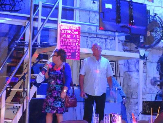 Buffalo Bar: Beryl & Tom singing
