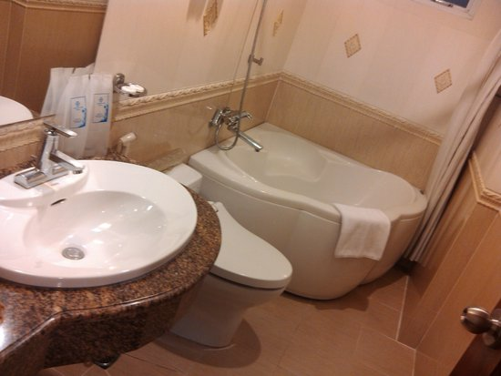 Tan Hoang Long Hotel: bathroom
