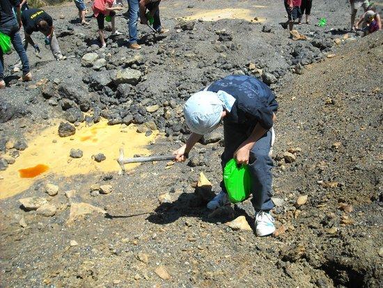 Parco Minerario dell'Isola d'Elba : Bambini che scavano per cercare i minerali