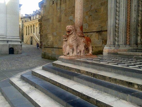Basilica di Santa Maria Maggiore: La porta dei leoni rossi