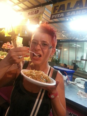 Khao San Road : mangiando fried pad thai in kaosan Road