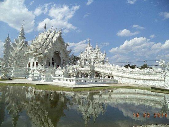 Wat Rong Khun: วัดสีขาวปัจจุบันมีการสร้างด้านหน้าเพิ่มเติมจากเดิม