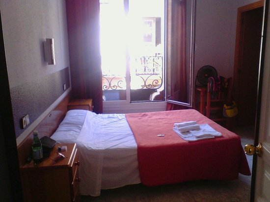 Hostal Levante: Camera matrimoniale 406 con vista sul Carrer d'Avinyo..