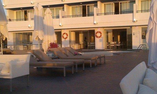 Marina Playa Hotel & Apartments: Comfortable Sunloungers
